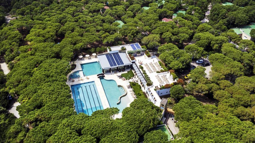 Das Riva del Sole bietet einen beheizten 25-Meter-Sportbecken und liegt direkt am Mittelmeer. (Foto: Riva del Sole)