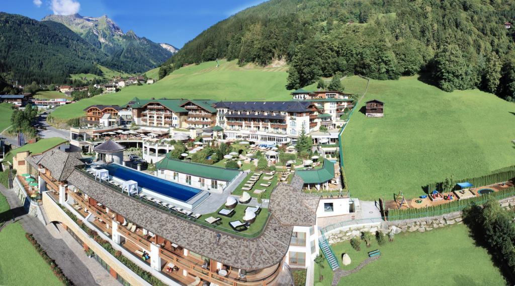 Ganzjährig beheizter 25-Meter-Pool inmitten toller Berglandschaft. (Quelle: Stock Resort)