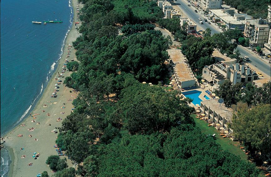 Das Hotel liegt direkt am Strand, und zum 50 Meter-Wettkampfbecken der Stadt Limassol sind es auch nur ein wenige Meter (Foto: Park Beach)