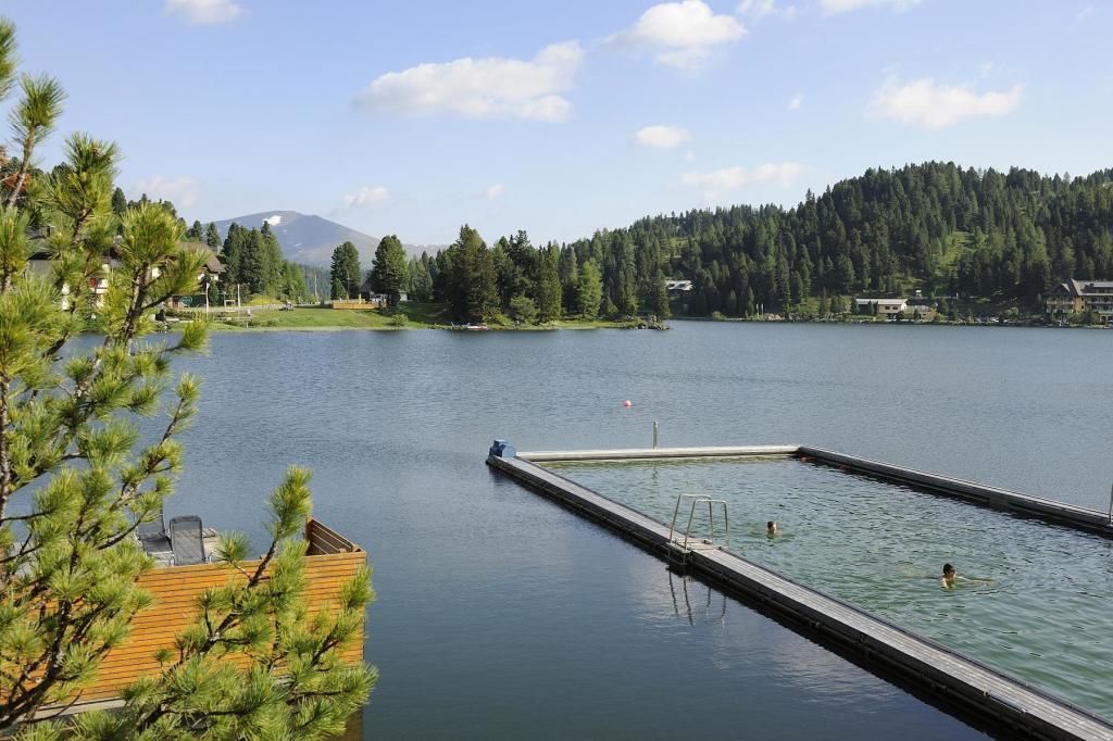 Ein Highlight des Hotels Hochschober ist der beheizte 25-Meter-Pool im See. (Foto: Hotel Hochschober)