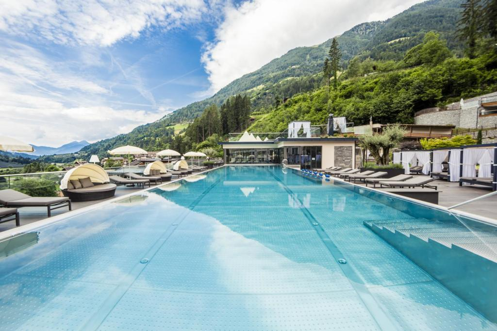 Der 25-Meter-Pool im Quellenhof verfügt sogar über eine Zeitmessung. (Foto: Quellenhof)