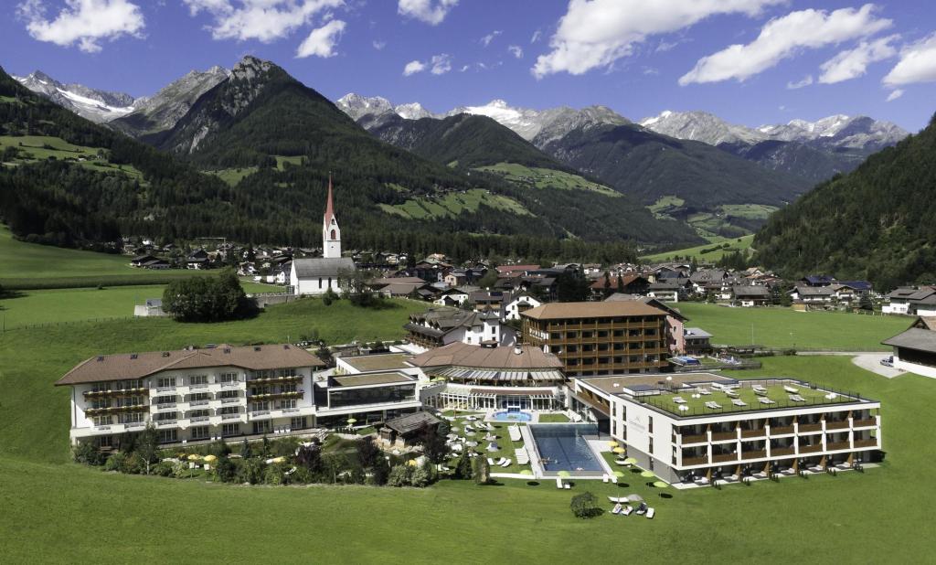 4-Sterne-Hotel in 5-Sterne-Landschaft mit Kirchturm. (Foto: Hotel Schwarzenstein)