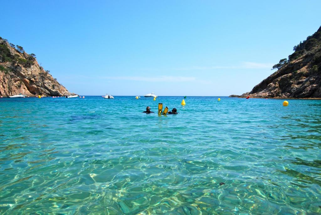 Neben dem beheizten 25-Meter-Süßwasserpool lädt das kristallklare Wasser des Mittelmeeres zu einer Freiwassertrainigseinheit ein. (Photo: Ferienverein/ferienverein.ch)