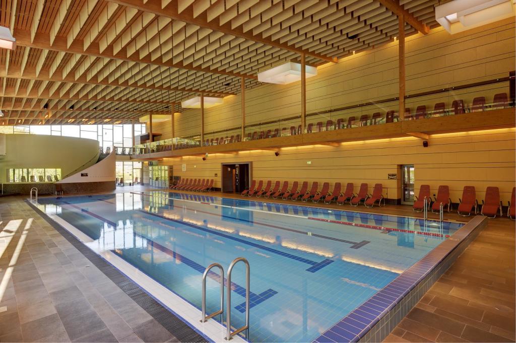 Ein 25-Meter-Sportpool ist nur wenige 100 Meter vom Hotel entfernt. (Foto: Jagdhof)