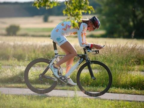 Viele Triathleten wie hier im Bild die ehemalige Profi-Triathletin Imke Schiersch lieben das fränkische Seenland. Im Strandhotel Seehof sind sie willkommen und bestens aufgehoben. ( Strandhotel Seehof)