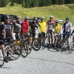 Auch Triathlon-Champion Sebastian Kienle (5. von links) gefällt es im Sportcamp Woferlgut.
