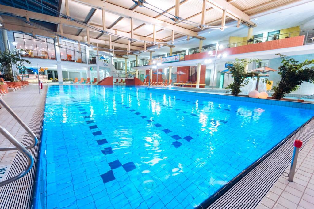 Auch im Winter können die Hotelgäste im 25-Meter-Pool trainieren. (Foto: Best Western Plus Hotel am Vitalpark)