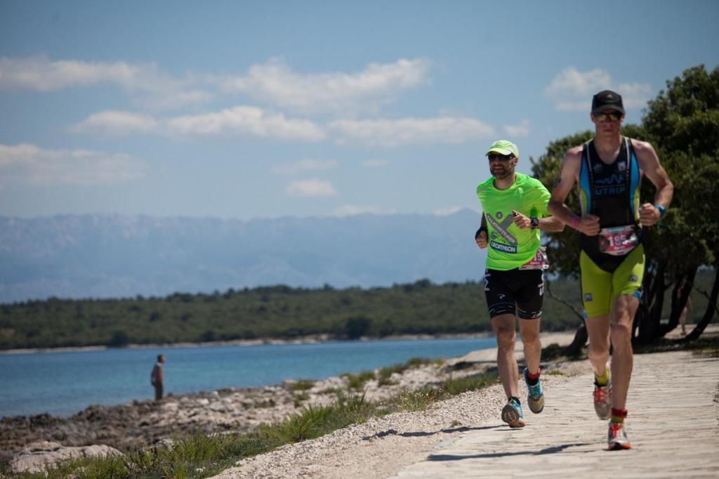 Direkt am Meer entlang führt der Laufkurs des Zadarhalf Triathlons by Falkensteiner Punta Skala in Kroatien. (Foto: Falkensteiner)